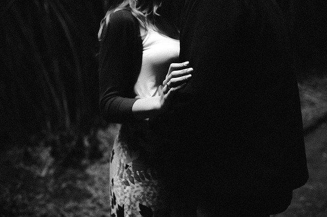 Un homme amoureux de sa maîtresse.